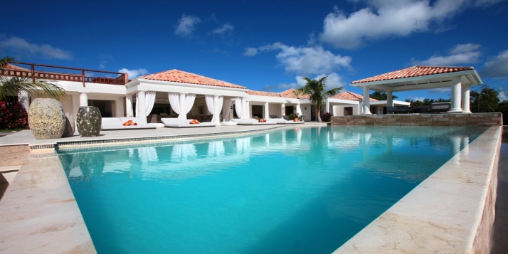 L'Agora is a modern, spacious, luxuriously decorated 4 bedroom villa overlooking the Caribbean Sea.
