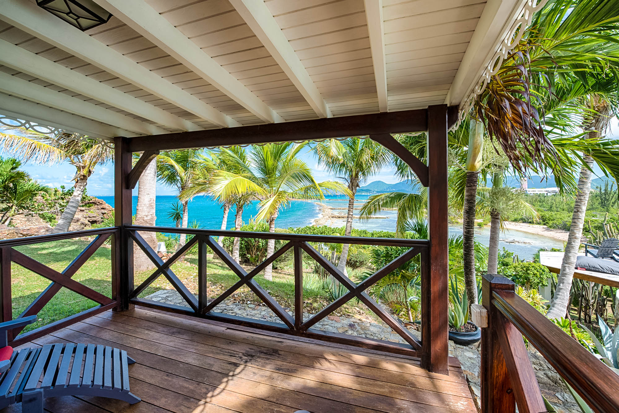 Beautiful turquoise water combined with palm trees makes Le Mas des Sables an authentic Carribean holiday villa rental.