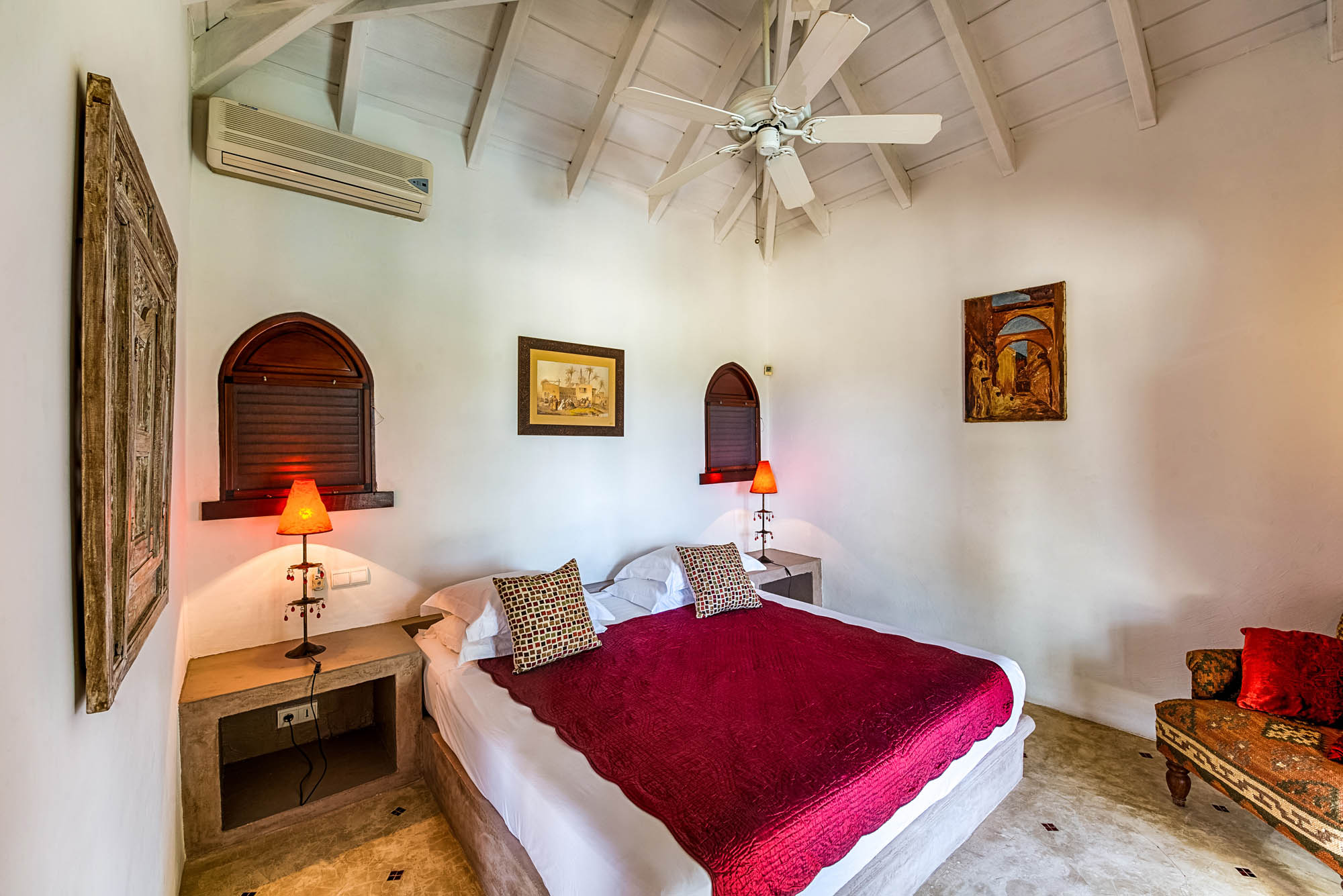 Each bedroom of this Terres-Basses holiday villa rental has air-conidtioning and ceiling fans.