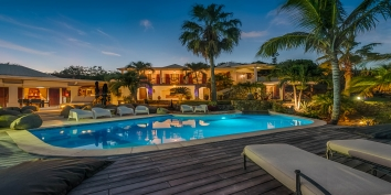 A superb oceanfront 3 bedroom villa with swimming pool and spectacular views of the ocean and the Saint Martin coastline!