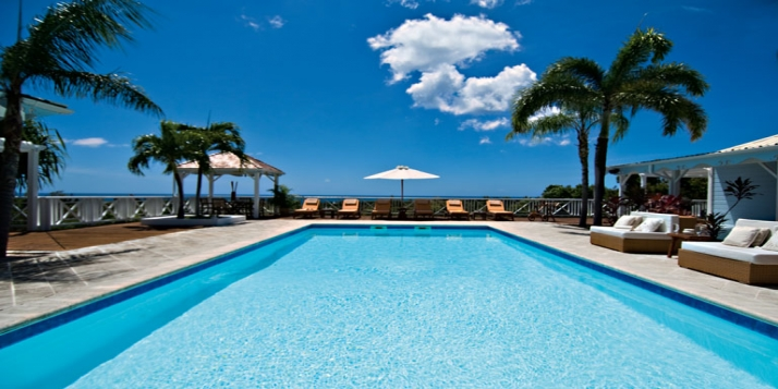 This 4 bedroom villa delights with its Creole flavor, swimming pool,  wooden furniture and is especially designed for relaxing and enjoying the wonderful view of Baie Longue!