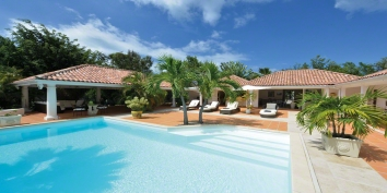 A very private, beautiful and romantic villa with 2 bedrooms, swimming pool and shared tennis court and gym.