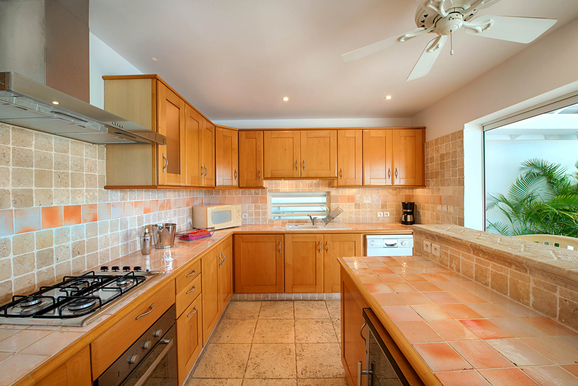 The elegant and fully equipped kitchen of Lune de Miel with everything you may need while on vacation in Saint Martin, Caribbean.
