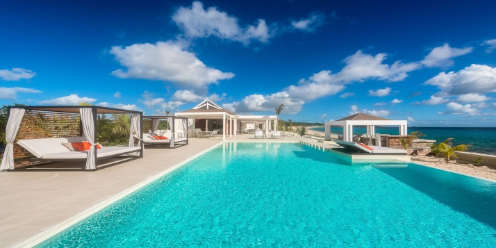 An absolutely adorable, luxurious, beachfront villa with 4 bedrooms, state-of-the-art interiors, 4 bathrooms, swimming pool and exclusive, breathtaking views of Baie Longue.