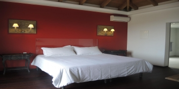 Villa de Moh has three spacious bedroom suites with private bathrooms and air-conditioning.