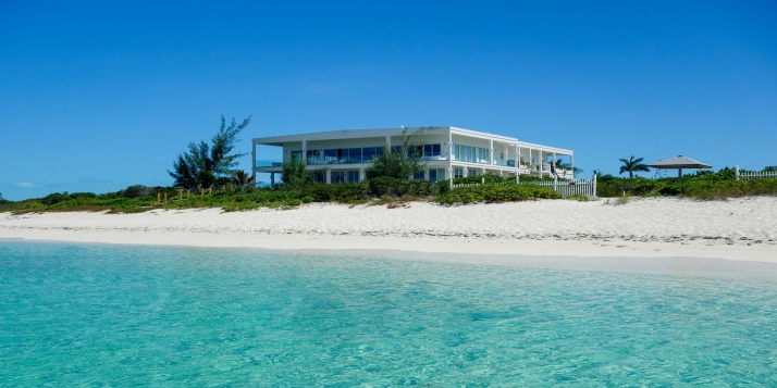 A luxury estate with 6 bedrooms and space for up to 20 guests on a magnificent stretch of white, sandy beach!