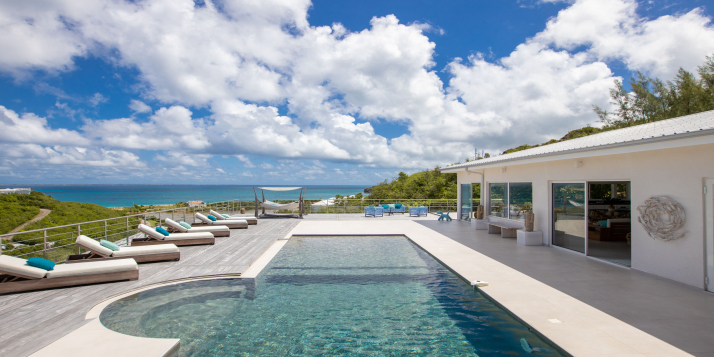 A spacious and luxurious villa with 7 bedrooms, swimming pool, magnificent views of the Caribbean Sea and to the island of Anguilla.